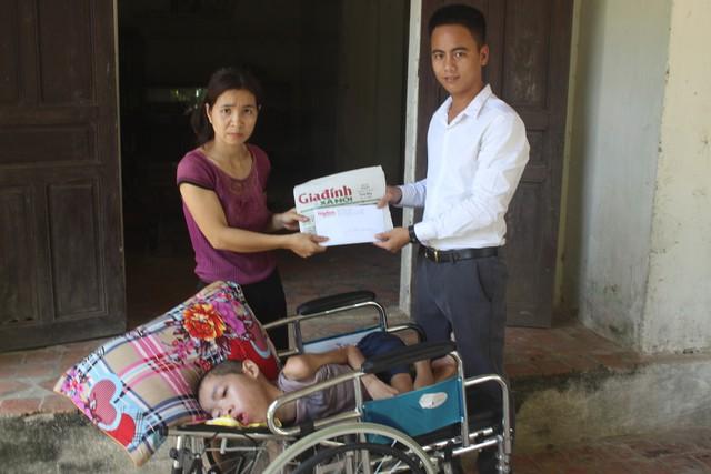 PV Báo Gia đình và Xã hội trao số tiền 32.700.000 đồng tới gia đình em Nguyễn Huy Thông. Ảnh: Sơn Nguyễn