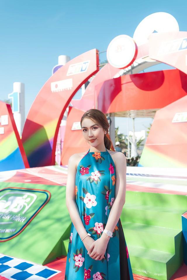 Hoa hậu sắc đẹp Châu Á 2017 chọn một thiết kế áo dài cách tân khoe vai trần.