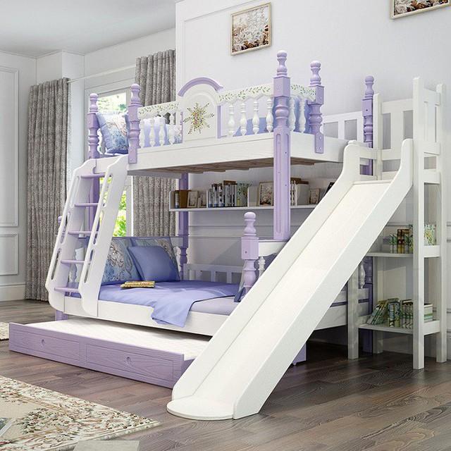 Một thiết kế giường ngủ hai tầng sang trọng dành cho hai cô gái bé bỏng với cầu trượt và kệ để sách rộng lớn.