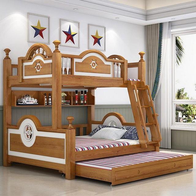 Một thiết kế giường tầng bằng gỗ chắc chắn với màu sắc đỏ kẻ sọc nổi bật dành cho những bé cá tính.