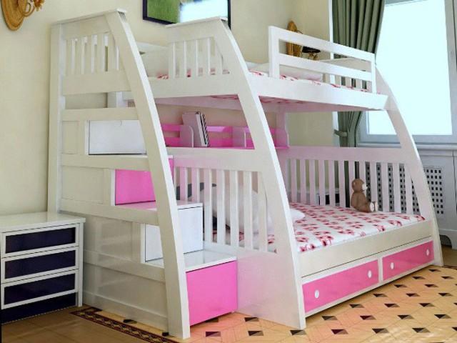 Màu hồng phấn tiếp tục được chọn trong thiết kế giường tầng này. Dưới mỗi bậc cầu thang là một hốc lưu trữ tiện ích cho các bé gái vốn nhiều đồ dùng.