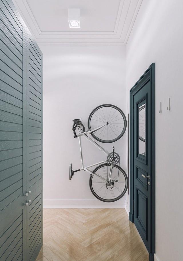 Và cuối cùng, hãy chiêm ngưỡng sự cá tính của chàng trai khi trang trí cho lối cửa ra vào bằng chính chiếc xe đạp của mình. Phương tiện đi lại phổ biến này bỗng chốc trở thành vật trang trí sau khi trở về nhà của chủ nhân. Nó được treo gọn gàng trên giá đỡ của bức tường, vừa tiết kiệm diện tích, vừa đậm tính thời trang.