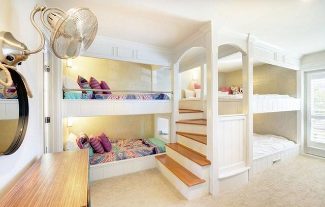 Thiết kế giường tầng đặc biệt dành cho 4 trẻ nhỏ mà chỉ tốn diện tích của 1/2 phòng ngủ quả là tiện ích.