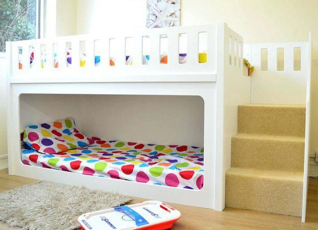 Cầu thang bằng bông êm ái và giường ngủ được đặt trong khung gỗ mang lại cảm giác an toàn cho các bé.