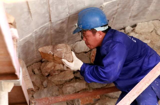 Do mỗi vòm cầu trước kia được bịt theo nhiều kết cấu khác nhau nên các công nhân phải gia cố cẩn thận trước khi thực hiện việc đục thông.