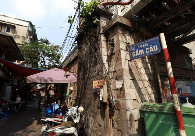 Sau một thời gian nghiên cứu, cơ quan chức năng đã tiến hành thi công việc đục thông vòm cầu Phùng Hưng để phục vụ không gian phố đi bộ.