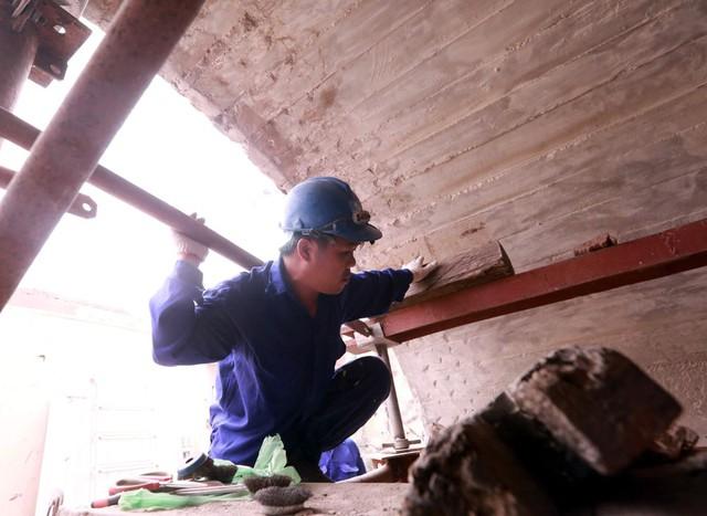 Các công nhân cũng cho biết, việc thi công đảm bảo an toàn tuyệt đối cho người và các phương tiện khác hoặc tàu chạy qua.