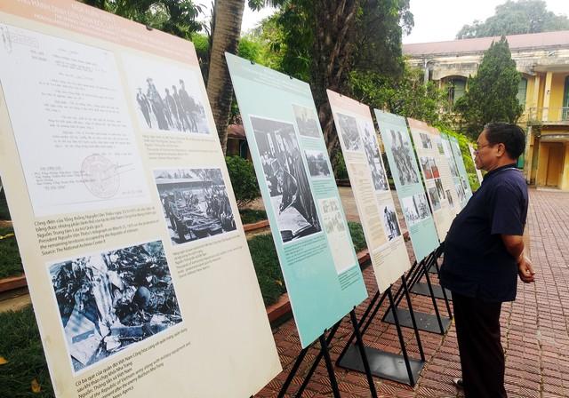 Khách tham quan trước những bức ảnh lịch sử. Ảnh: Lê Bảo