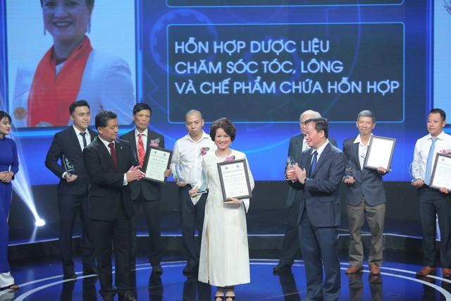Thạc sĩ, dược sĩ Nguyễn Thị Hương Liên - Đồng sáng lập kiêm Phó tổng giám đốc Công ty CP Sao Thái Dương lên nhận giải.