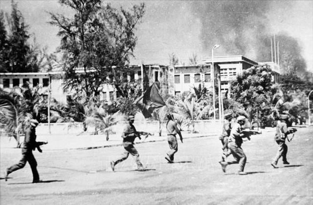 Lực lượng cách mạng giải phóng Phnom Penh. Ảnh: Tư Liệu