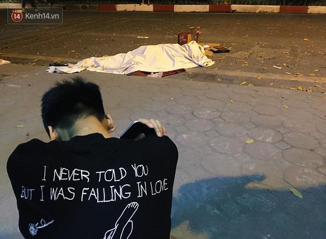 Người nữ công nhân môi trường nằm xuống trong lúc mưu sinh trên đường phố Hà Nội. Ảnh: Ngọc Thắng.