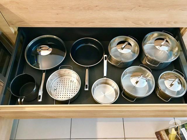 Góc phải còn được bố trí nơi để nồi chảo nấu nướng, để theo collection cho tiện việc quản lý và sử dụng.
