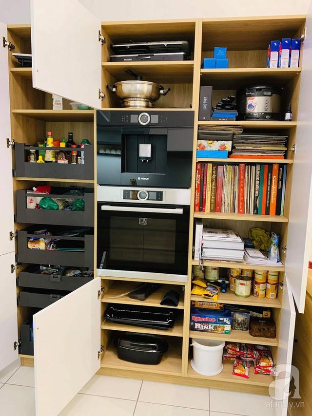 Góc trái của bếp là nơi đặt vị trí lò nướng, máy pha cà phê âm tủ, lò vi sóng. Đây là khu vực chưa vật dụng lớn nhất gồm sách hướng dẫn nấu ăn, các thiết bị bếp cỡ vừa và lớn, tủ đựng thực phẩm khô, gia vị, và các phụ kiện bếp...