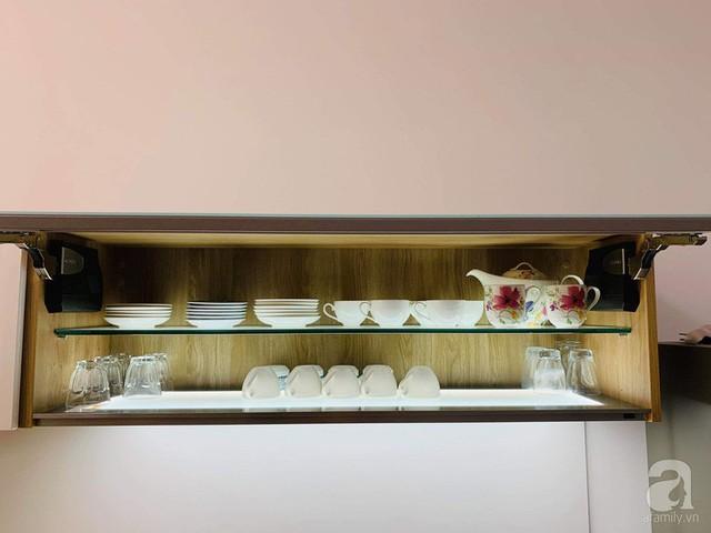 Tủ treo là nơi đựng bộ ấm trà, cà phê, và phục vụ thức uống.
