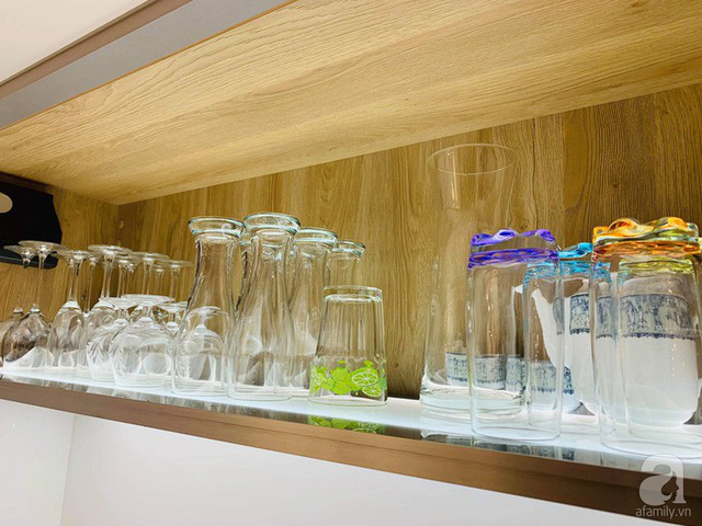 Tủ treo đẹp mắt với những bộ ly thủy tinh.