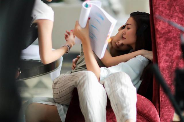 Chi Pu và Thanh Hằng thường xuyên tâm sự và đùa giỡn trên phim trường để tạo được sự gần gũi khi đóng phim chung.
