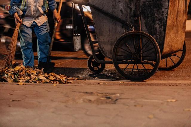 Bên cạnh xe rác, chiếc chổi tre là tiếng leng keng mỗi chiều.