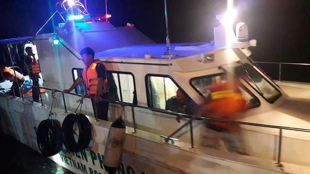 Lực lượng chức năng tiến hành cứu vớt các nạn nhân. Ảnh: TL