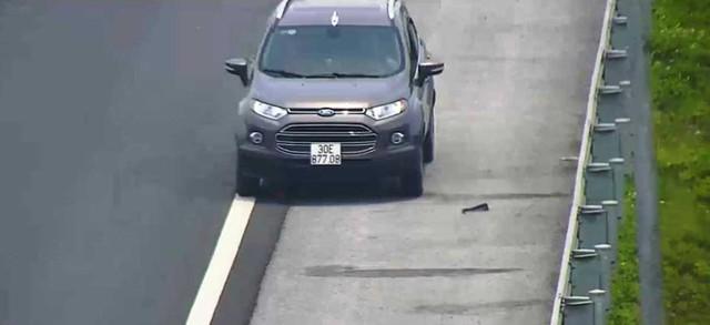 Hình ảnh xe đi ngược chiều trên cao tốc Hà Nội - Hải Phòng trưa nay (27/4).