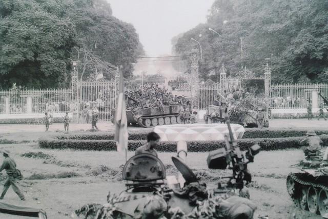 Nhân dân Sài Gòn kéo đến dinh Tổng thống Việt Nam cộng hòa chào mừng quân giải phóng ngày 30/4/1975.