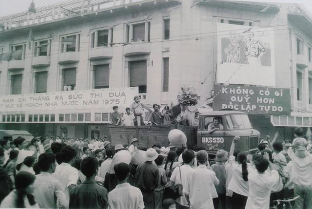 Sau khi nghe tin giải phóng, hàng chục vạn thanh niên Thủ đô đã đổ ra đường hò reo, tuần hành mừng thắng lợi vĩ đại của dân tộc.