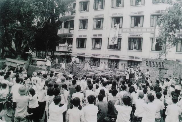 Đông đảo cán bộ và nhân dân Thủ đô tập trung tại cơ quan Thông tấn xã Việt Nam đón nghe tin mừng chiến thắng Sài Gòn giải phóng.
