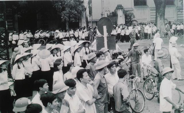 Sinh viên trường Đại học Tổng hợp Hà Nội phấn khởi đón mừng chiến thắng.
