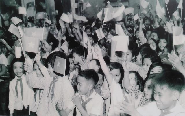 Học sinh trường cấp II Ngô Sĩ Liên phấn khởi nghe tin mừng chiến thắng.