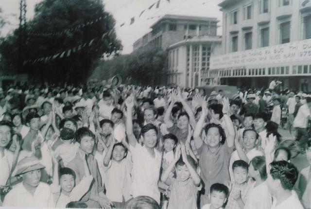 Sau khi nghe tin Sài Gòn giải phóng, hàng chục vạn thanh niên Thủ đô đã đổ ra đường hò reo, tuần hành mừng thắng lợi vĩ đại của dân tộc.