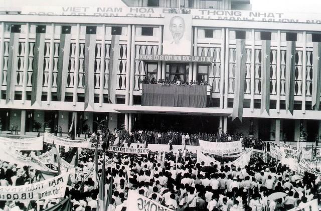 Quang cảnh chung cuộc mít tinh chào mừng Ủy ban Quân quản thành phố Sài Gòn, ngày 7/5/1975.