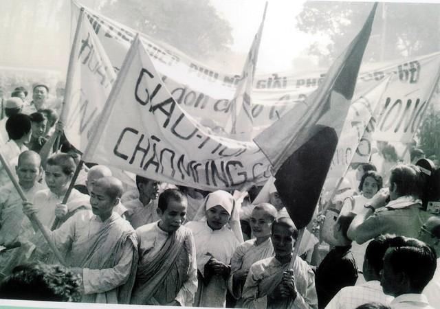 Đồng bào phật tử Sài gòn mang băng rôn, cờ khẩu hiệu đón chào các chiến sĩ giải phóng, ngày 30/4/1975.
