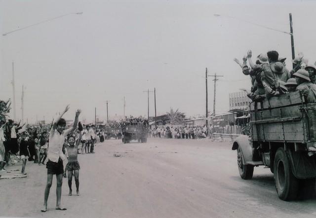 Nhân dân đổ ra xa lộ Sài Gòn - Biên Hòa đón các chiến sĩ giải phóng, ngày 30/4/1975.