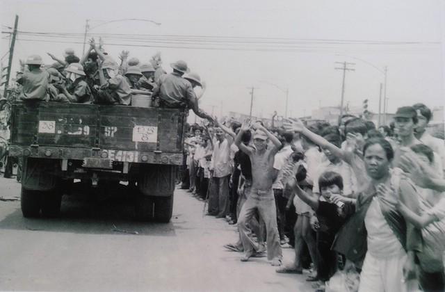 Nhân dân Sài Gòn đổ ra đường đón Quân giải phóng.