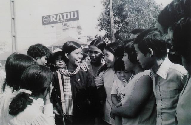 Nam nữ thanh niên Sài Gòn chào đón các chiến sĩ tự vệ vào giải phóng thành phố.