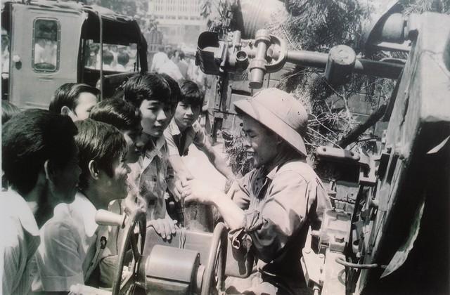Các chiến sĩ hải quân kể chuyện chiến đấu cho sinh viên, thanh niên Sài Gòn.