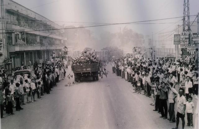 Nhân dân Sài Gòn đón chào quân giải phóng trên đường phố.
