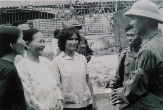 Các chiến sĩ giải phóng gặp gỡ nhân dân Sài Gòn trong ngày giải phóng.