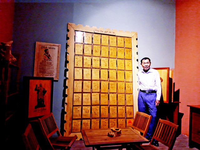 """""""Bộ tem bằng gỗ đầu tiên về cộng đồng 54 dân tộc Việt Nam"""" được Trung tâm Sách kỷ lục Việt Nam xác nhận kỷ lục. Ảnh: Đức Huy"""