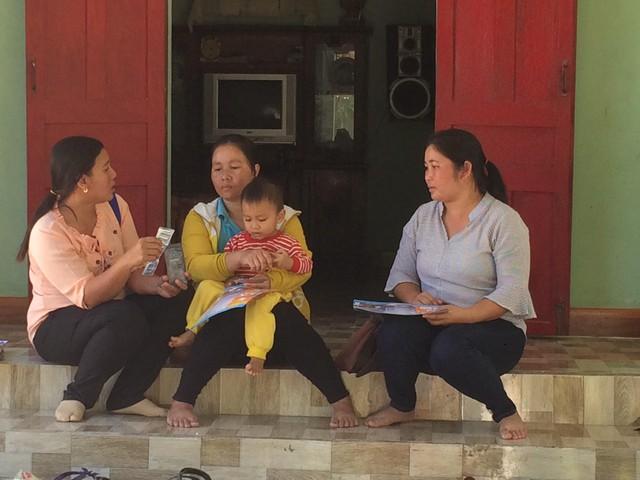 Chị La (bìa trái) tuyên truyền giảm sinh tại nhà người dân. Ảnh: Trang Nguyễn
