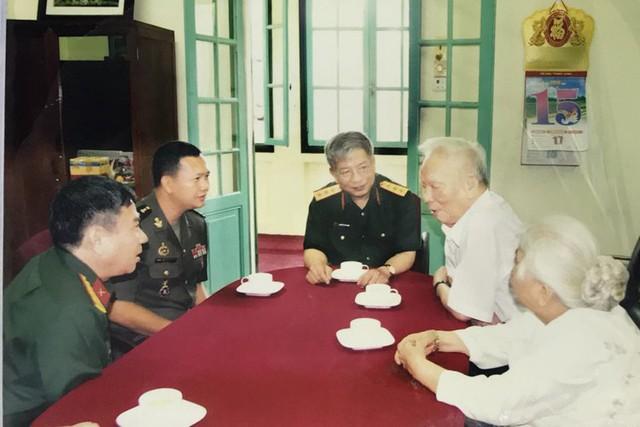 Đại tướng Lê Đức Anh (thứ hai từ phải sang) cùng phu nhân trong một lần tiếp khách tại nhà số 5A, Hoàng Diệu. Ảnh: Tư liệu gia đình.