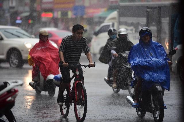 Mưa lớn xuất hiện nhiều nơi ở Sài Gòn. Ảnh: Tùng Tin