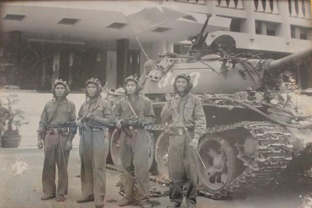 Ông Bùi Quang Thận giơ cao ngọn cờ của quân giải phóng. Ảnh: TL