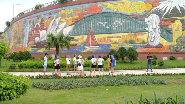 Ngoài những hình ảnh về Vịnh Hạ Long, mảnh đất Quảng Ninh, bức phù điêu còn khắc họa những kỳ quan thế giới. Ảnh: Toàn - Tuân