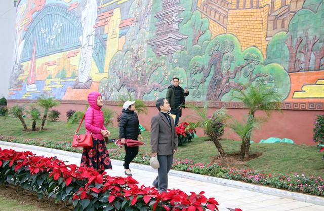 Bức phù điêu được ghép từ 56.000 mảnh gốm màu với tổng diện tích trên 2.200m2. Ảnh: Nguyễn Dung