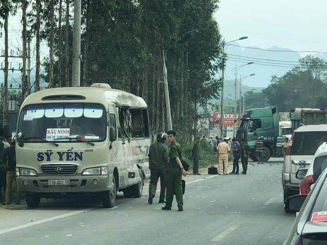 Hiện trường vụ tai nạn giữa xe đầu kéo với xe khách khiến 1 người tử vong và 4 người khác bị thương nặng trưa 29/4 trên Quốc lộ 1A đoạn qua địa phận huyện Hữu Lũng, tỉnh Lạng Sơn.