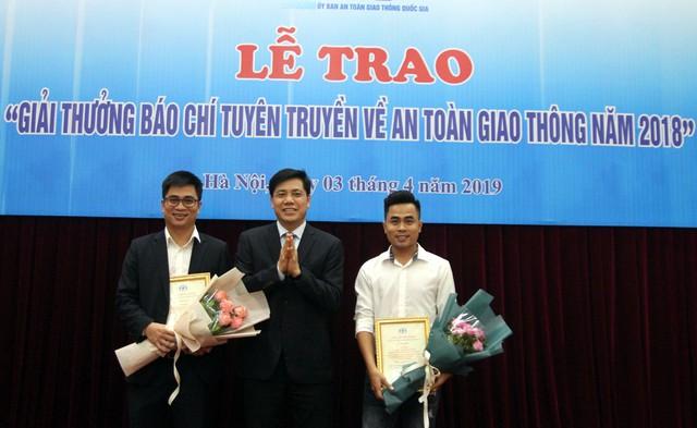 Thứ trưởng Bộ GTVT Nguyễn Ngọc Đông trao giải Nhất cho 2 tác phẩm. Ảnh: PV