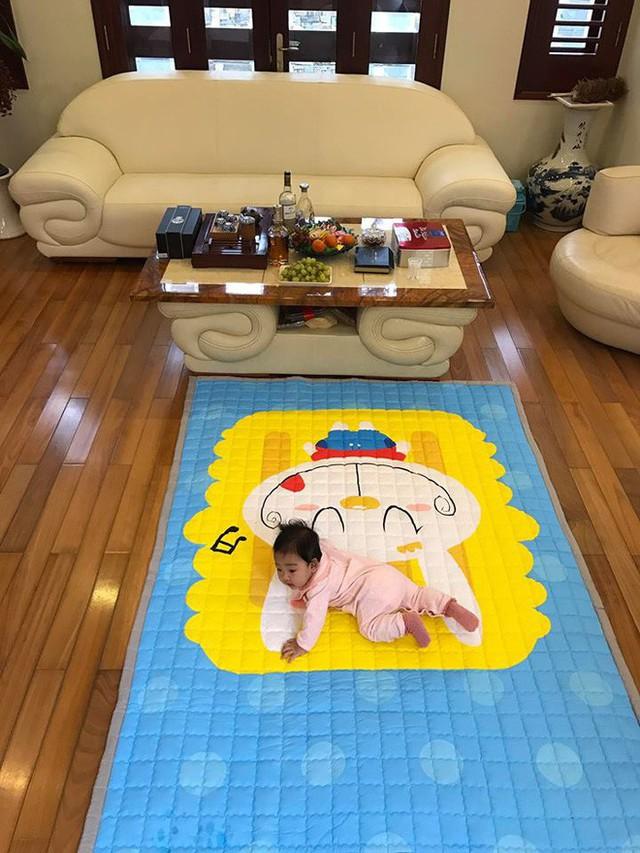 Phòng khách trải một tấm thảm lớn để con gái Á hậu có thể vui chơi trên đó.