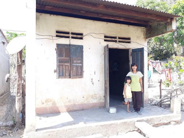 Bà Nay Huỳnh cùng các con sống trong căn nhà nhỏ, nắng thì nóng đổ lửa, mưa thì dột nát. Ảnh: Đức Huy