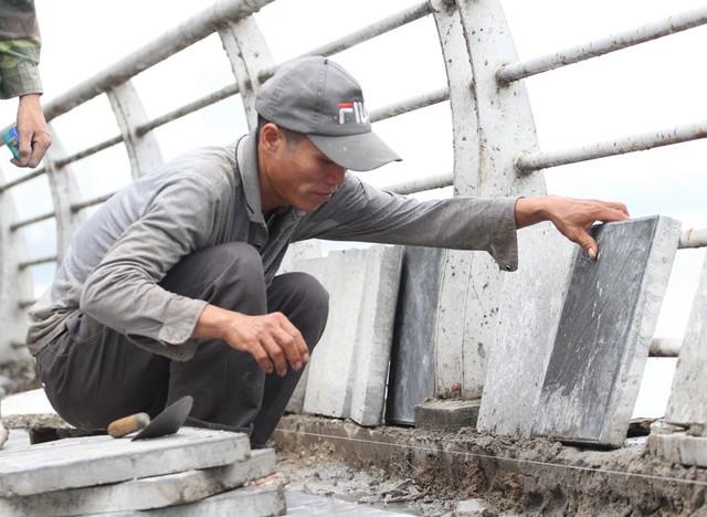 Những viên gạch bê tông vân đá đạt chuẩn cho việc thi công có kích thước 40 x 40 x 05 cm, nặng khoảng 14 kg, có màu xám giống đá nên thường được gọi là gạch bê tông giả đá, được sản xuất tại một nhà máy ở Văn Giang (Hưng Yên).