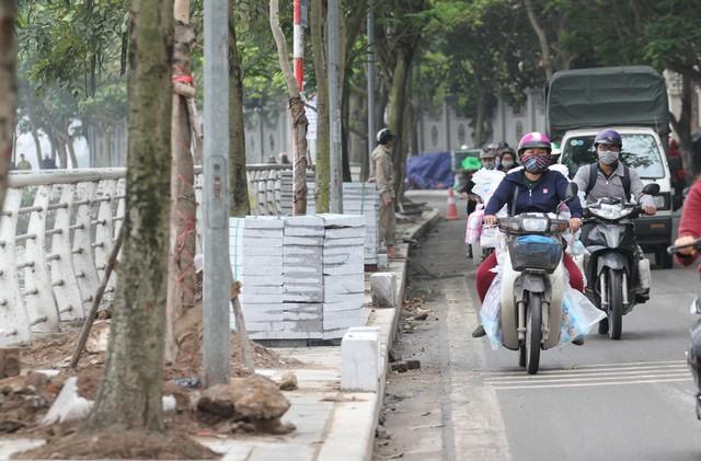 Việc lát lại vỉa hè thời gian này cũng gây ảnh hưởng nhỏ đến tình hình giao thông.